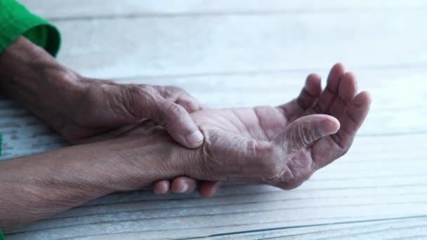 ízületi gyulladások kezelése dimexiddal a középső ujj lábán lévő ízület gyulladása