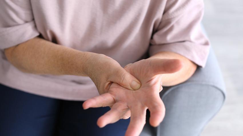 ízületi fájdalom időskori kezelés során fájdalom a középső ujj ízületével